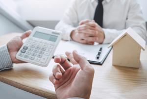 Doradca z klientem oblicza zdolność kredytową.